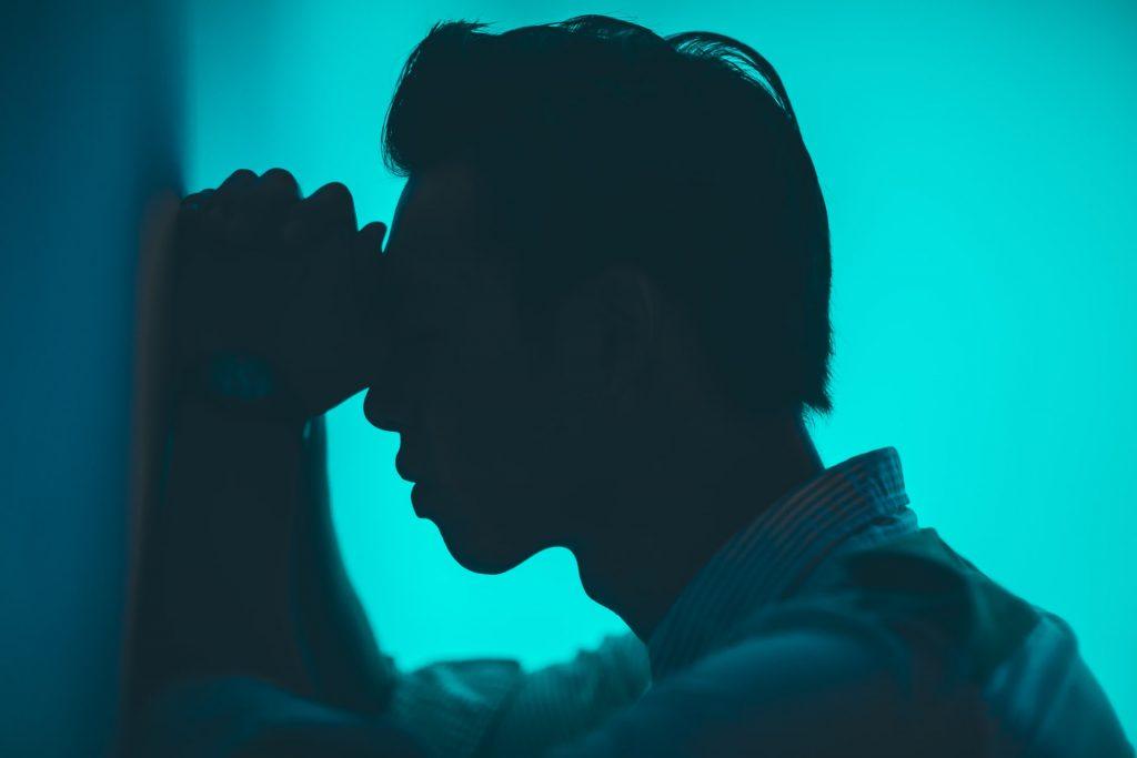 Die Migräne ohne Aura ist die am häufigsten auftretende Form. Die Symptome eskalieren langsam und die Schmerzen treten einseitig auf (Dauer 4 bis 72 Stunden).